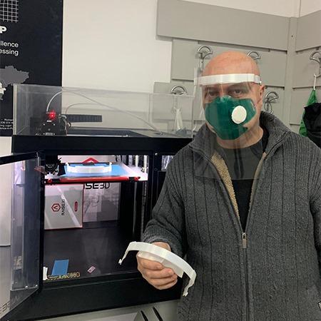 """Universitatea """"Dunărea de Jos"""" din Galaţi vine în sprijinul personalului medical cu echipamente de protecție realizate prin imprimare 3D."""